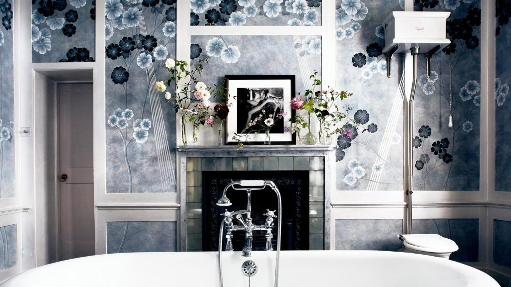 de Gournay's Anenomes in Light in Kate Moss' bathroom